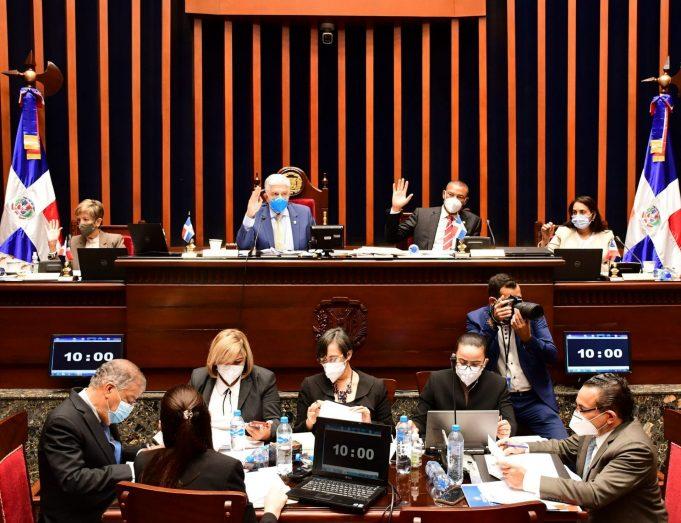 Senado aprueba resolución que prohíbe entrada de personas a lugares públicos y privados sin vacunarse