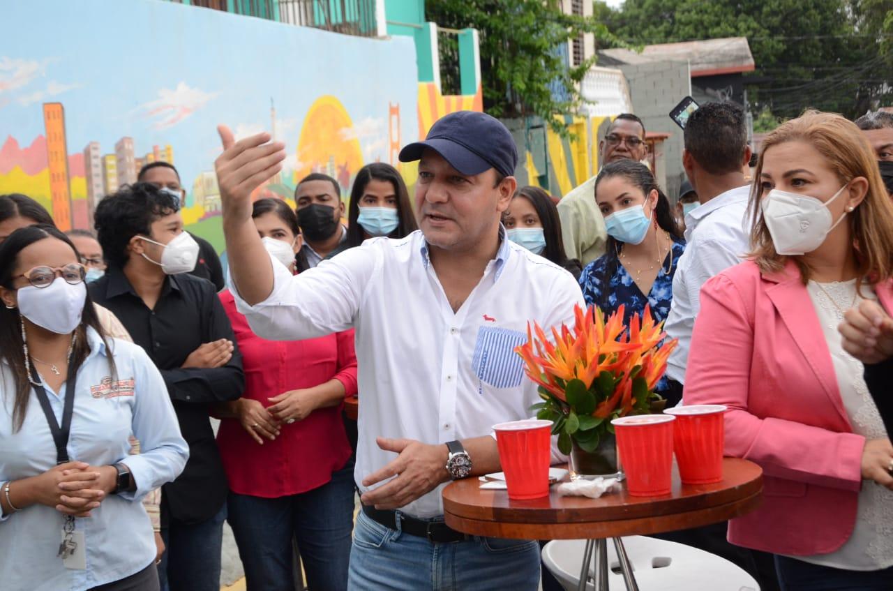 Alcalde Abel Martínez entrega trabajos de embellecimiento en la calle Padre Castellanos en los alrededores del monumento
