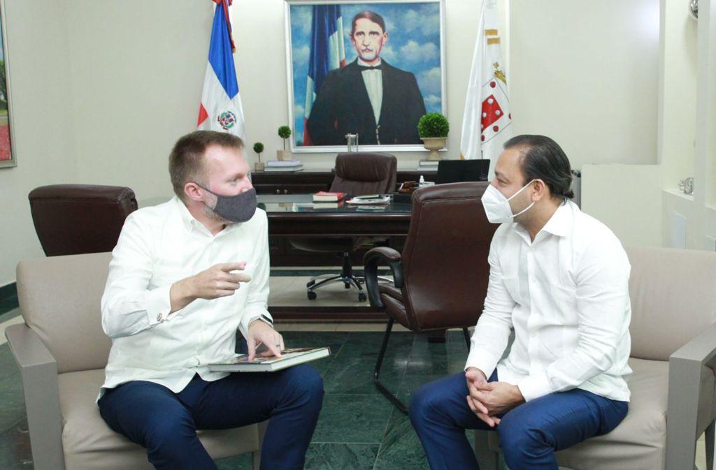 Alcalde Abel Martínez recibe visita de Robert Thomas encargado de Negocios de la Embajada de EE. UU en República Dominicana