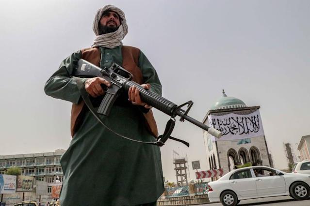 Los talibanes prohíben la música en público